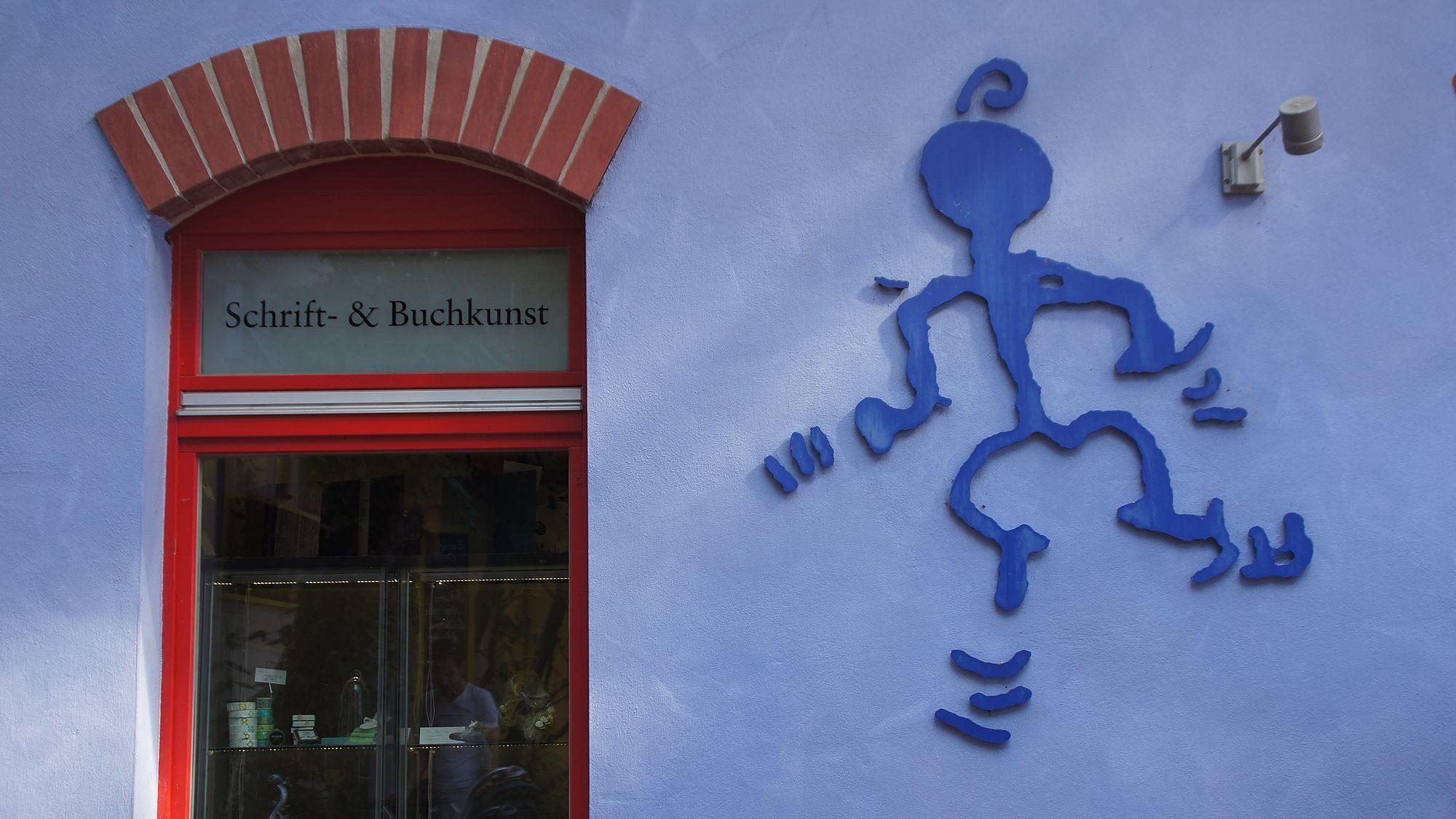 Das Logo des Blue Child ist eine Zeichnung von Marí Emily Bohleys Vater.