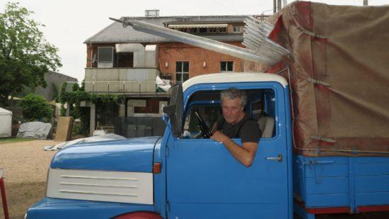 Vor dem Festival setzt sich der künstlerische Leiter auch mal ans Lenkrad des Buden-Lasters.
