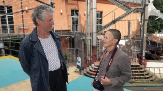 Direktor Helmut Raeder mit Tänzerin Lena Yarovaya. Auch sie war schon bei den ersten Buden mit dabei.