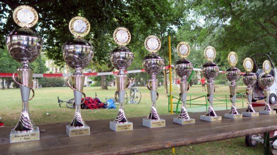 Die ersten acht bekamen schmucke Pokale.
