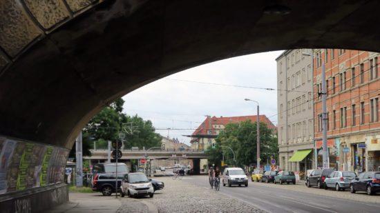 Einige Radfahrer meiden das Holperpflaster und fahren in der Straßenmitte.
