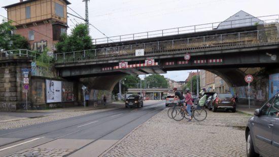 Am Dammweg beginnt das Holperstück - es reicht bis zur Johann-Meyer-Straße.