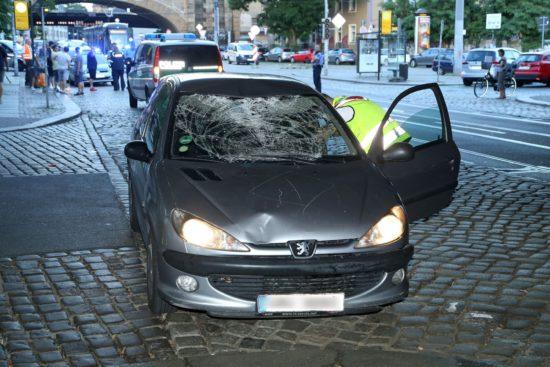 Der Kleinwagen wurde beim Unfall stark beschädigt.