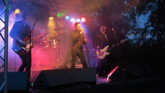 Kaltfront-Sänger Tom Wittig (Mitte), Bassist Jörg Löffler (rechts)