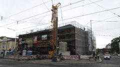 Die Ecke zur Kreuzung hin wird um reichlich fünf Meter höher.