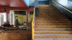 Die alte Treppe bekommt perspektivisch eine Lift, damit die oberen Säle behindertengerecht erreichbar sind.