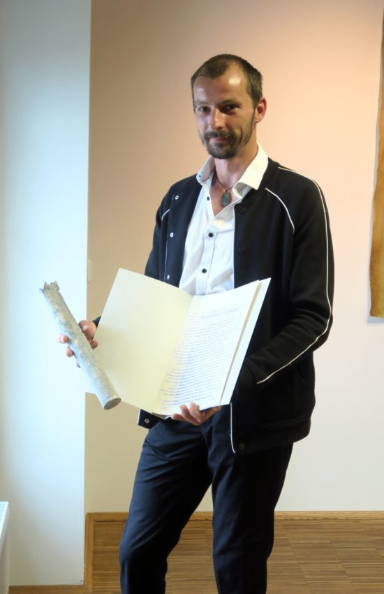 Schauburg-Chef Stefan Ostertag mit Zeitkapsel und dem persönlichen Brief des Gründers Arnulf Huyras.