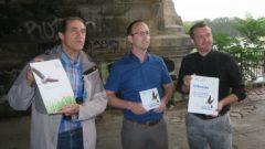 Baubürgermeister Rouls Schmidt-Lamontain und der Abteilungsleiter für Brücken Andreas Gruner freuen sich über die Auszeichnung durch Matthias Schrack vom Nabu.
