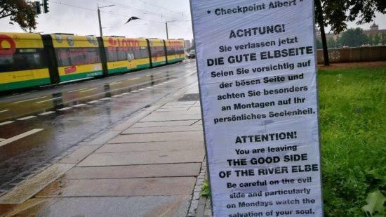 Die Tafel an der Albertbrücke stand am Morgen noch, gegen Mittag war sie bereits demontiert.