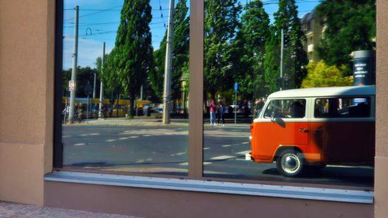 Der Kleinbus in Orange ist ein Hingucker.