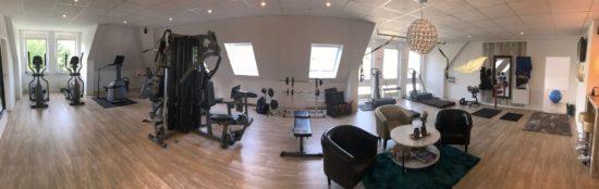 In dem hellen Studio in entspannter Atmosphäre trainieren.