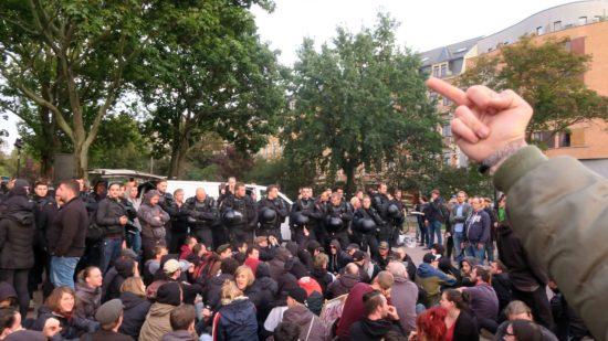 Lautstarker und bildlicher Protest gegen die Kundgebung.