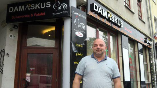 Ahmad Ayasch vor seinem neuen Laden auf der Alaunstraße