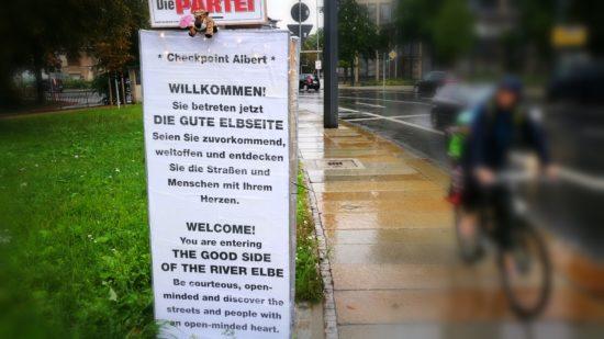 """An der Albertbrücke paarten sich die Tafeln mit einem Werbeplakat der """"Partei"""". Zufall?"""