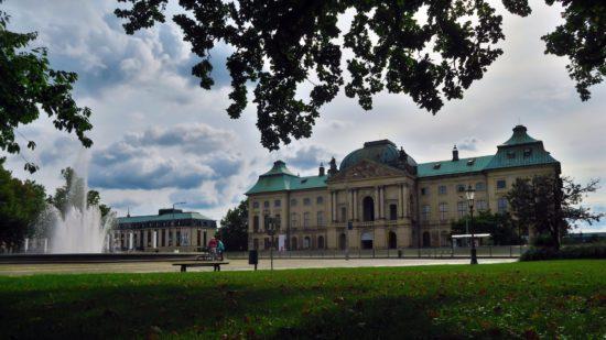 Der Sommer beginnt hinter dem Japanischen Palais - Foto: Archiv
