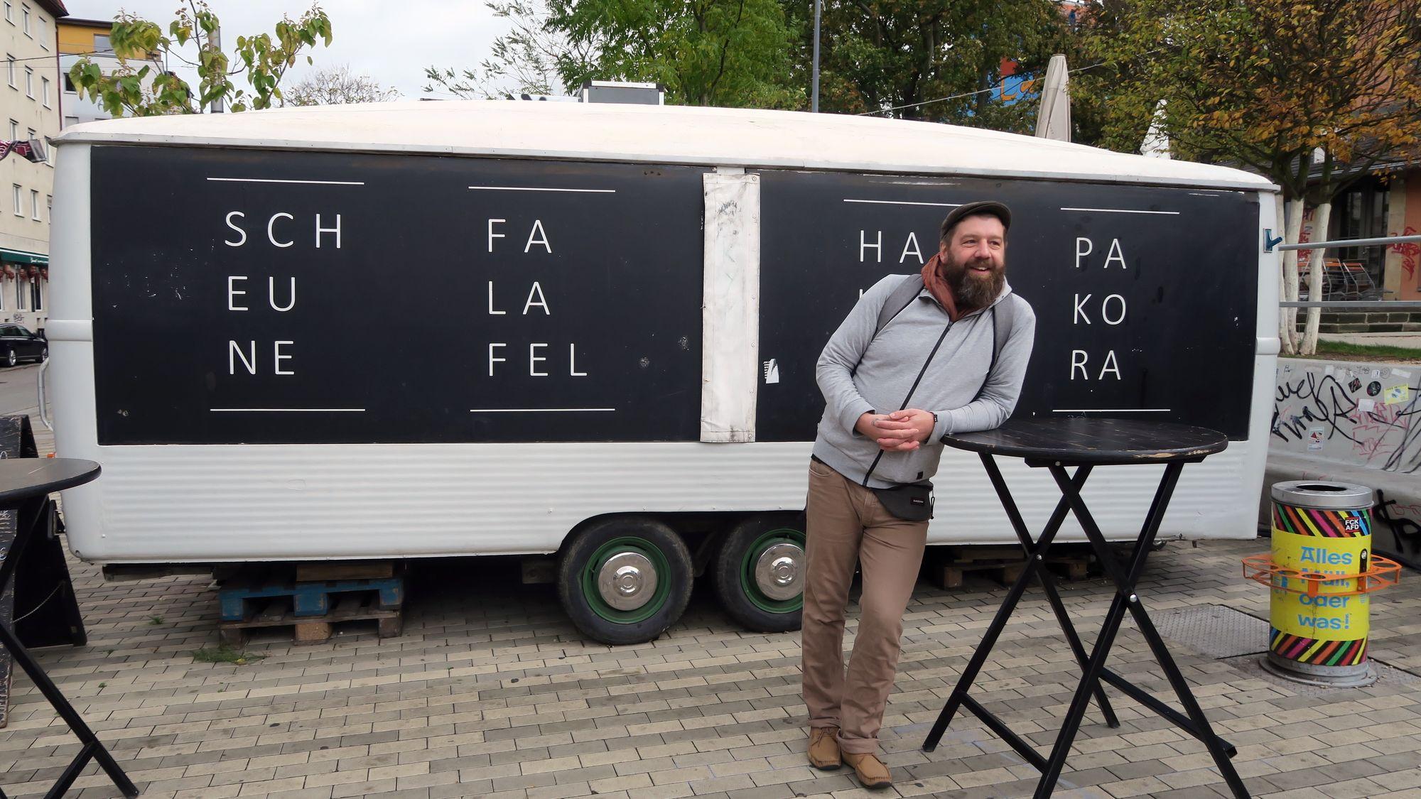 Olaf (Ole) Hornuf vorm Falafel-Wagen.