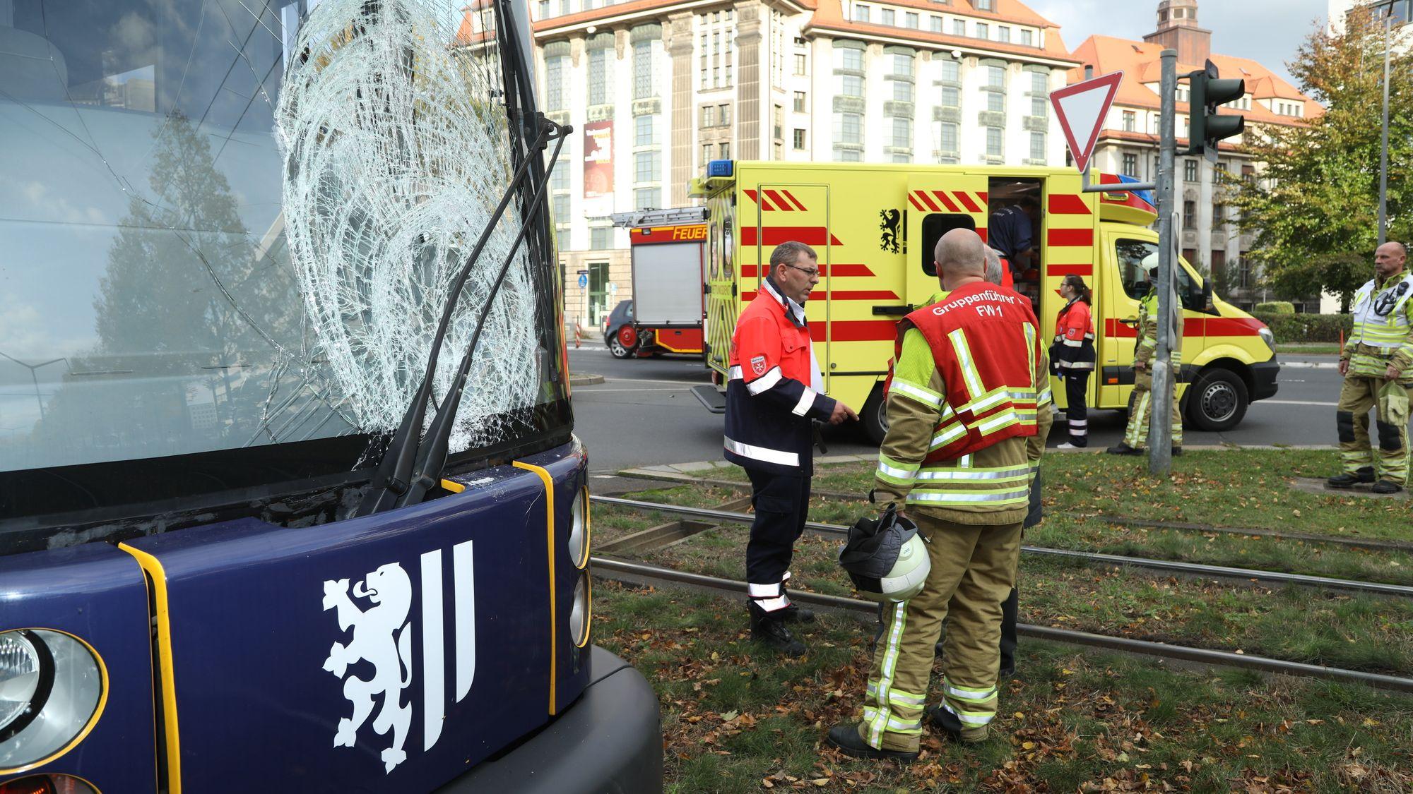 Schwerer Straßenbahnunfall auf der Albertstraße - Foto: Roland Halkasch