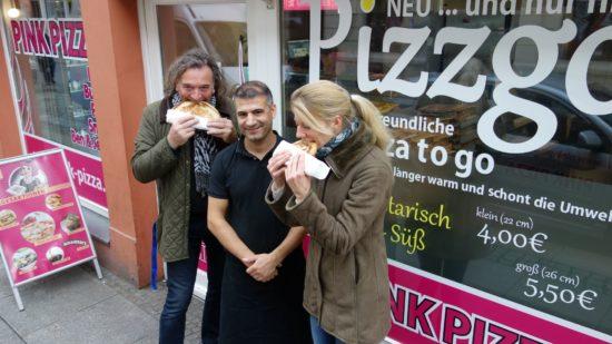 """Die Bürgerinitiative und Metin Arslan bei der Verkostung der """"Pizzgo""""."""