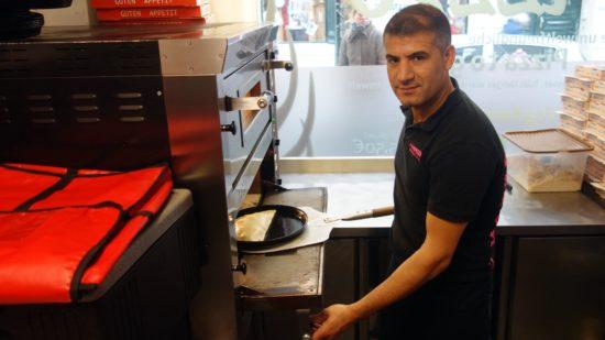Zubereitung fast wie eine Calzone - Pizza wird belegt und zusammengeklappt.,