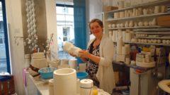 Hier in der kleinen Manufaktur mit Verkaufsraum fertigte sie die Porzellan-Schmuckstücke..