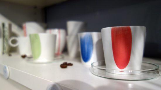 Es gibt aber auch handgemachte Kaffeetassen, Schmuck und viel mehr.