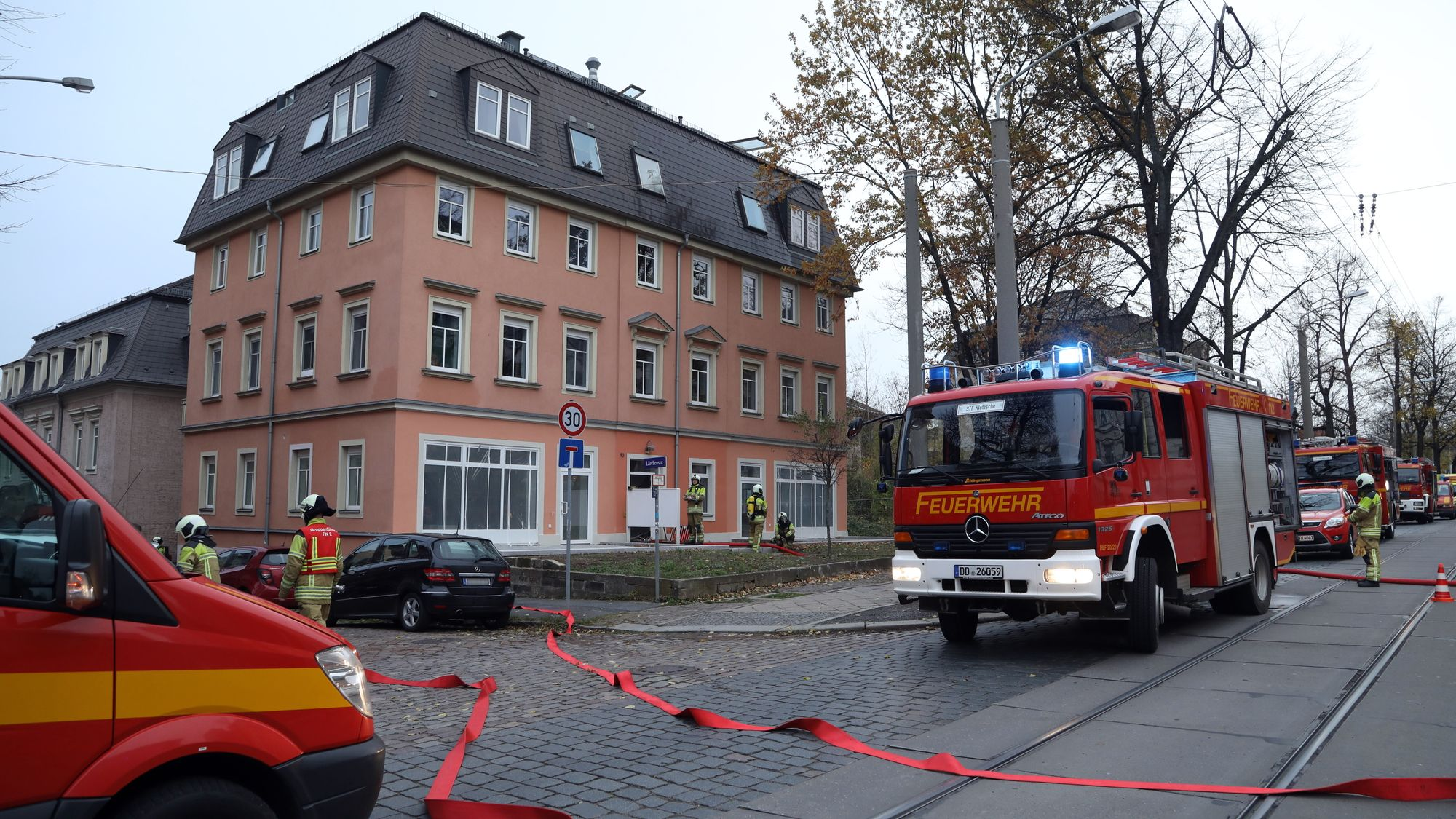 Brand Königsbruecker Straße - Foto: Roland Halkasch