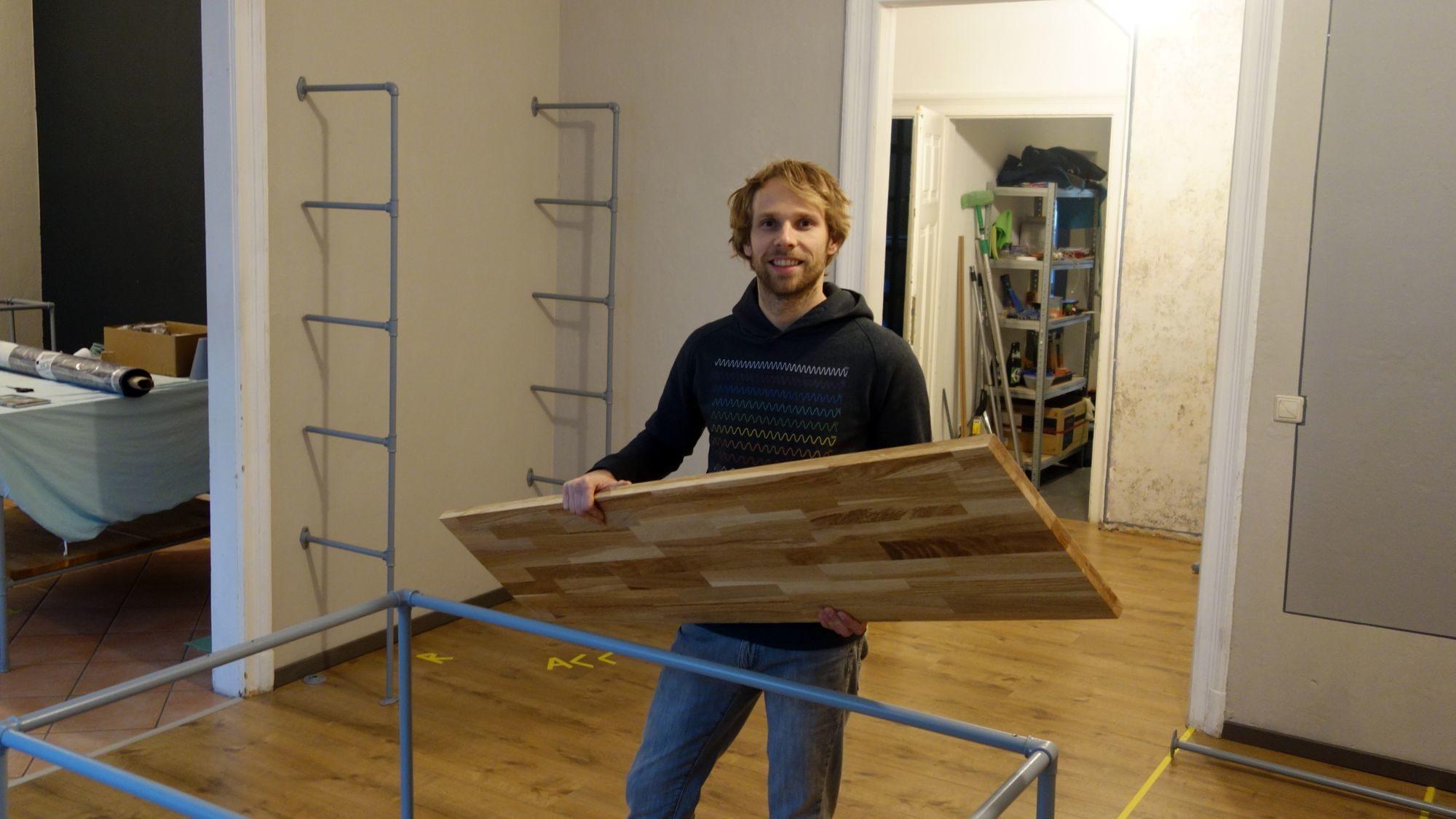 Steve Kupke beim Einrichten des Ladens in der vergangenen Woche.