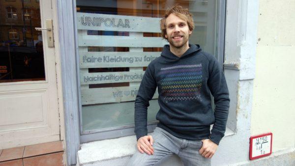 Steve Kupke vor dem neuen Unipolar-Textil-Fachgeschäft auf der Rothenburger Straße