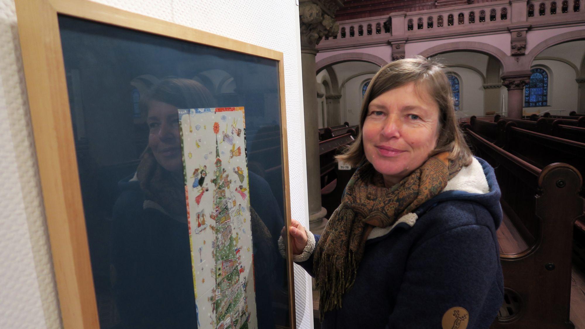 Illustratorin Juliane Hackbeil in der Ausstellung in der Martin-Luther-Kirche