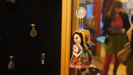 Accessoires und Kleidung gibt es im La Tienda - von Mexiko bis Nepal.