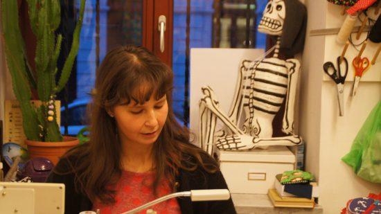 Melina Thieme an der Nähmaschine im La Tienda