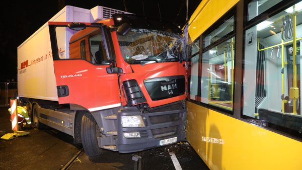 Der Laster rammte die stadtauswärts fahrende Bahn. Foto: Roland Halkasch