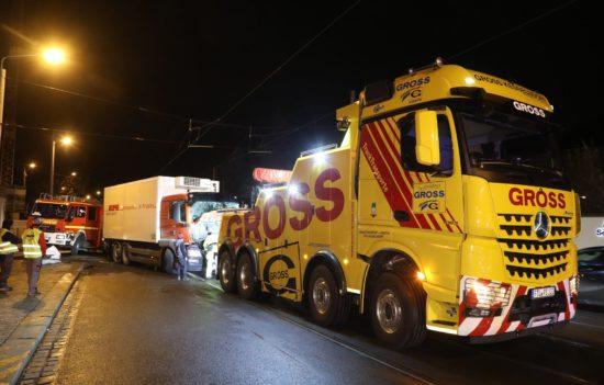Mit einem Spezial-Schlepper wurde der Lkw von der Unfallstelle entfernt. Foto: Roland Halkasch