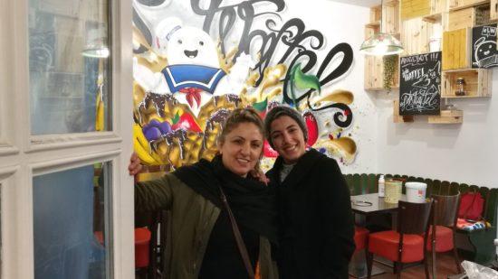 """Cennet und Çağla Karabacak führen das """"Let's Waffel"""" auf der Rothenburger"""