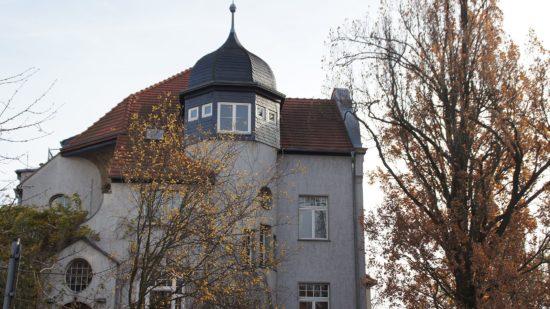 Türmchen und Erker, Moos zwischen Kopfsteinpflasterrillen. Die Klarastraße hat Charme.