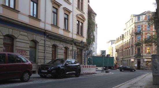 Die Fußwege sind noch nicht geputzt, aber die Straße schon befahrbar: südliche Pulsnitzer Straße.