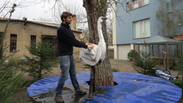 Jost von Huene bei den Vorbereitungen für das Schwan-Karussell