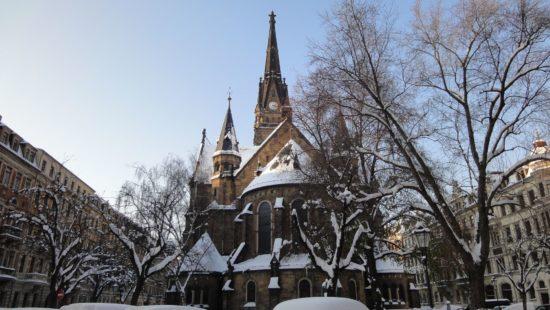Martin-Luther-Kirche mit weißer Haube - Foto: Archiv - November 2010