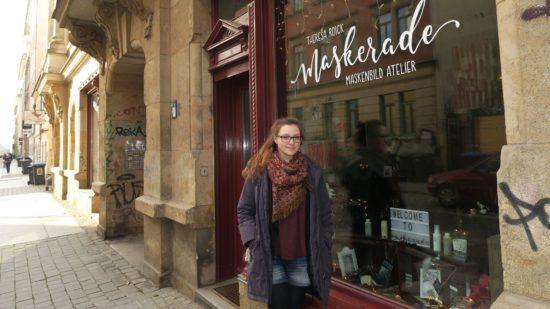 Theresa Roick vor ihrem nagelneuen Maskerade-Atelier