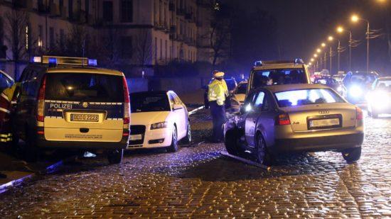 Zusammenstoß mit Streifenwagen auf der Stauffenbergallee - Foto: Roland Halkasch