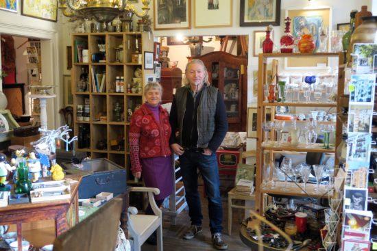Andrea und Andreas Fischer in ihrem Antiquitätengeschäft