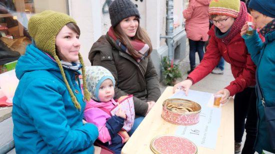 Plätzchenbäckerinnen vorm Schaufuss.