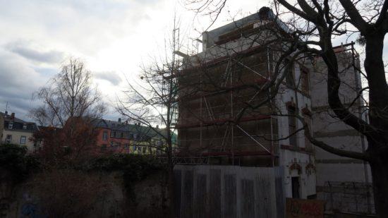 Das höhere Hinterhaus vom Spielplatz Sebnitzer Straße aus gesehen.