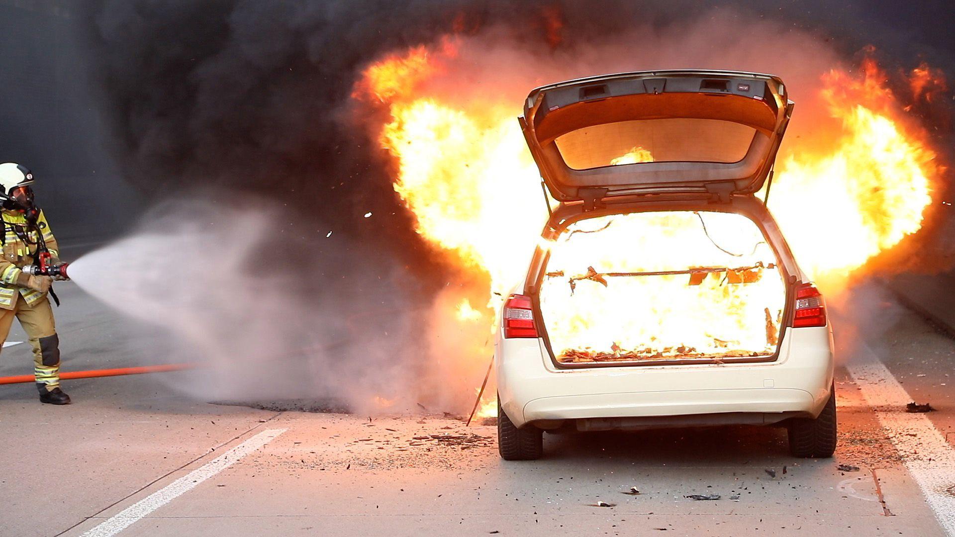 Taxi brennt auf Autobahn komplett aus - Foto: Roland Halkasch