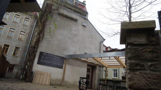Mit Biergarten direkt an der Prießnitz.