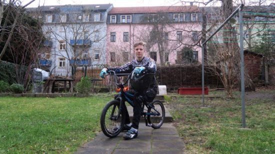 Karl auf  seinem BMX-Rad im Hof der Frühlingstraße
