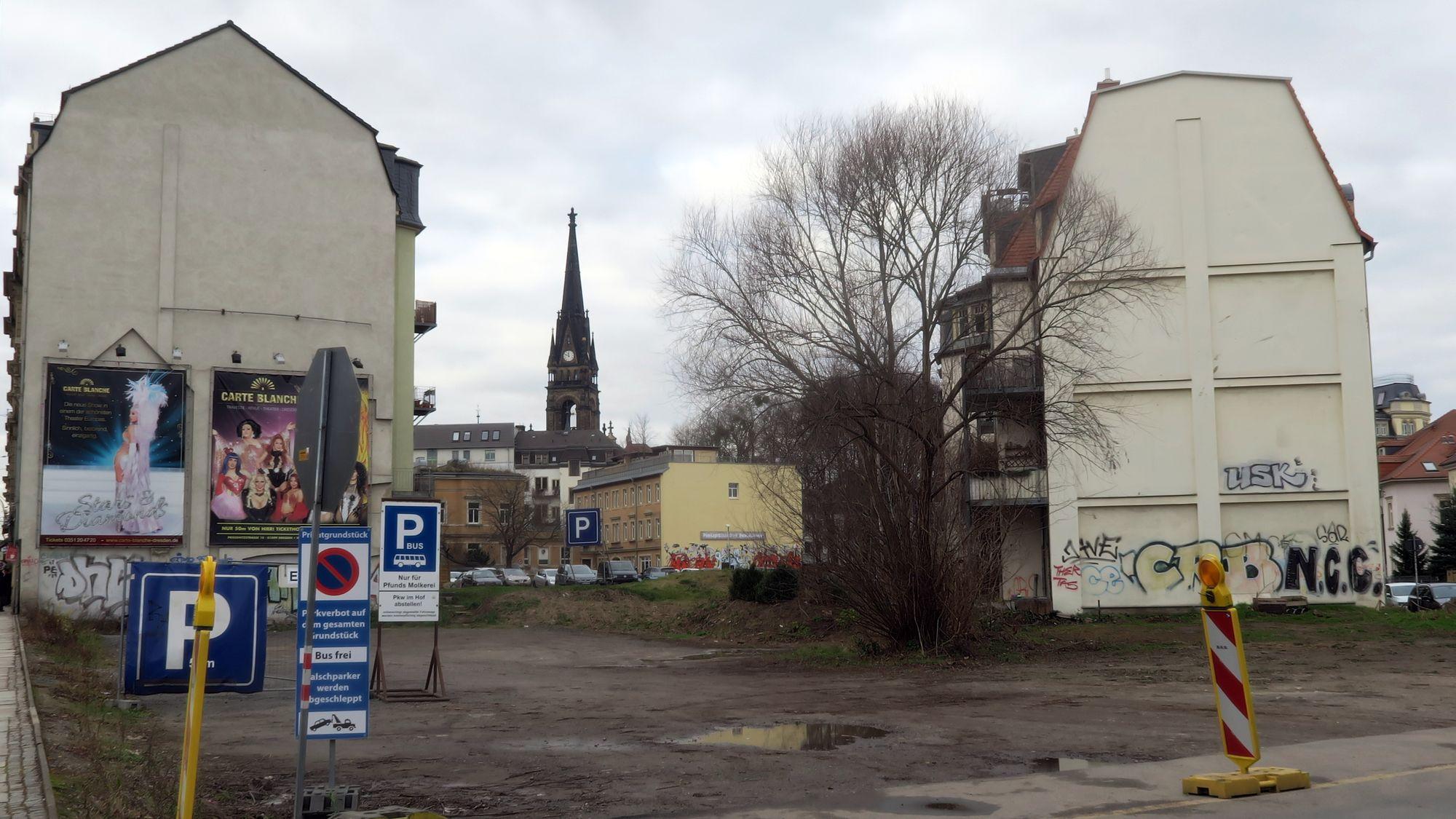 Die Fläche wird häufig von Reisebussen genutzt. Vor Weihnachten gab es hier einen Nadelbaumverkauf.