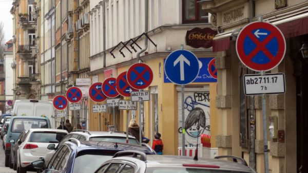 Der Wald der Schilder auf der Louisenstraße.