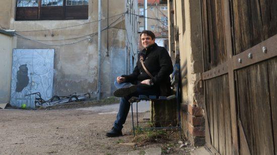 Als die Alte Fabrik noch blau war, hat er hier oft gelesen. René Seim liest heute Abend im Zille.