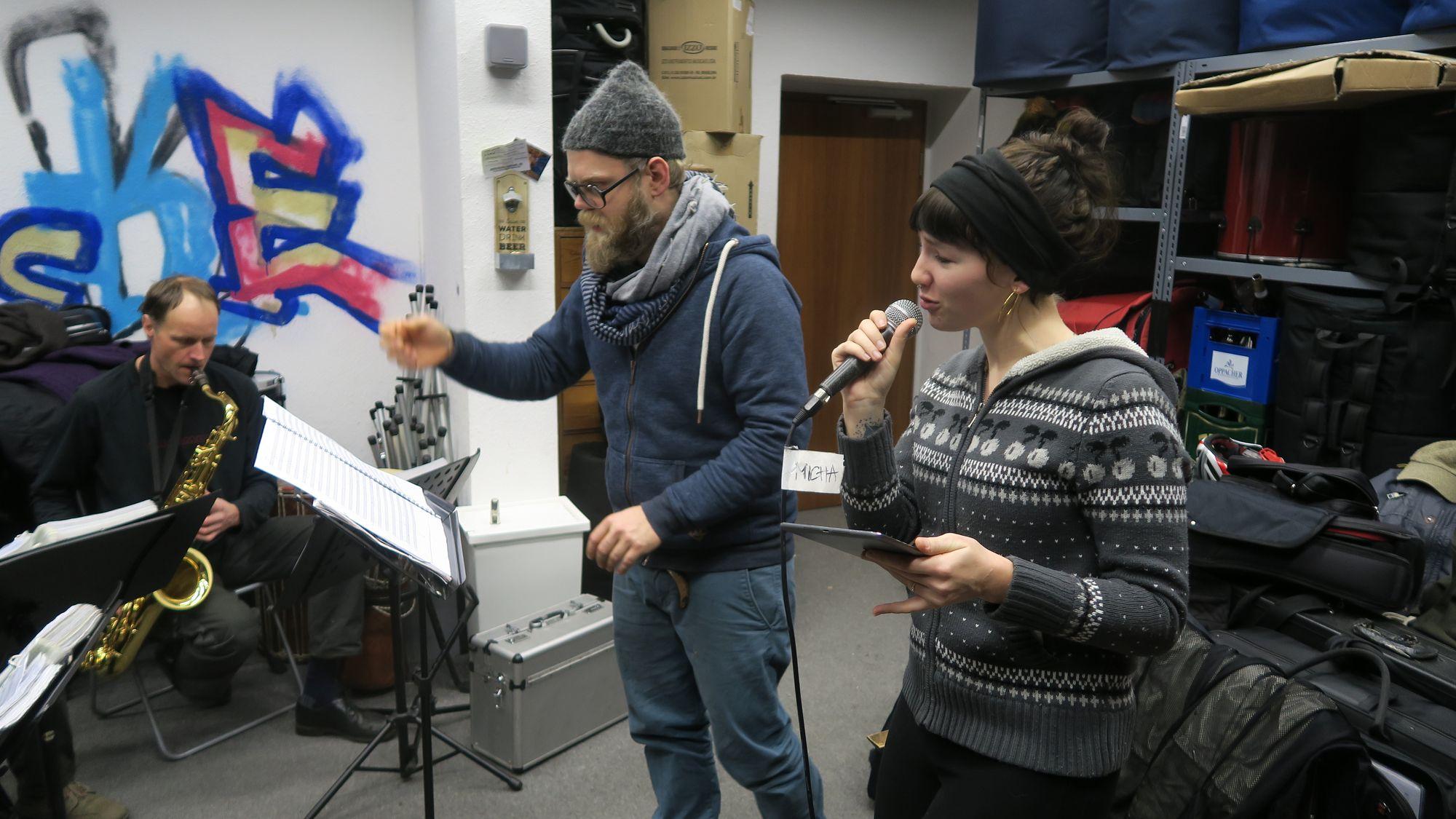 Musikalischer Leiter René Bornstein und Sängerin Veronika Kralacek
